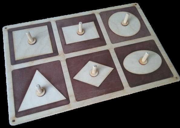 Ģeometriskie kvadrāti ir pamatne ar trafaretiem 6 ģeometrisko figūru ievietošanai. Paredzēta ģeometrisko figūru apgūšanai, zīmēšanas, konstruēšanas darbiem. Katru figūru un tās rāmīti iespējams ievietot jebkurā no pamatnes 6 daļām. Koka tapa ir piemērota trīs pirkstu satvēriena nostiprināšanai.