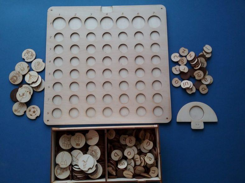 Mazais burtlicis – informative ietlilpīgs un daudzpusīgs valodas apguves materiāls, kura sastāvā ietilspst darba pamatne, 200 latviešu alfabēta burti, 132 zīmējumi, kuru nosaukumu pirmā skaņa atbilst katram alfabēta burtam. Katram burtam atbilst vairāki attēli. Burtu formats ir lielie drukātie (LD) vai mazie drukātie (MD) vai mazie rakstītie (MR) burti.