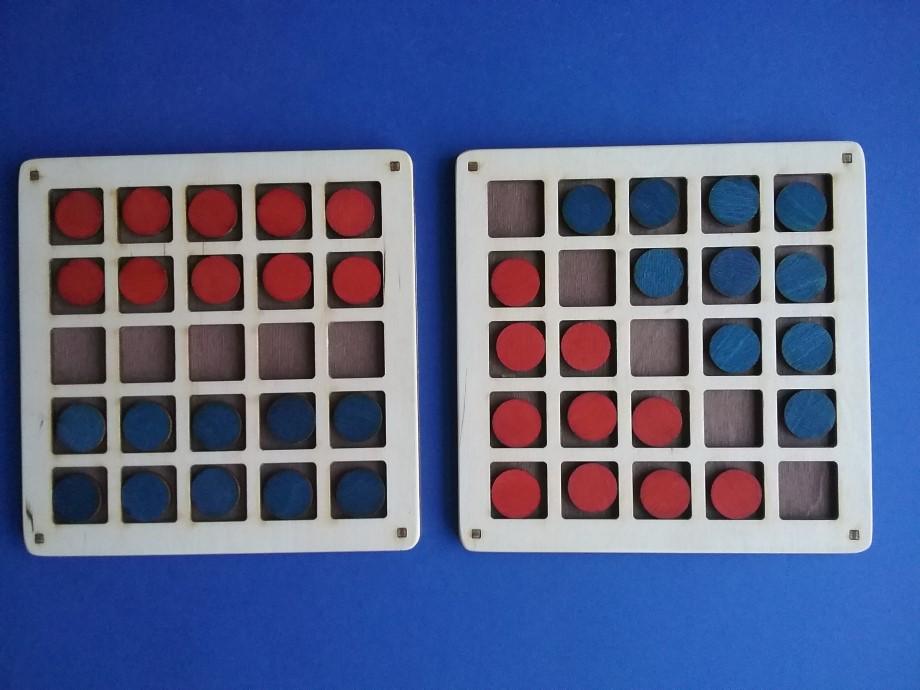 Spēlē divatā dažādas vienkāršas vai taktiskas galda spēles, izdomājot savus noteikumus (piemēram,  vienkāršotu dambreti vai riču-raču.