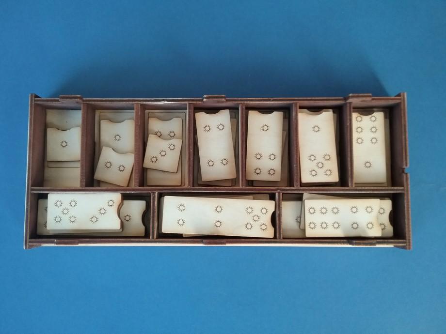 Skaitļu sastāva domino ir piemērots palīgmateriāls skaitļu sastāva apgūšanai, veidots spēles formā pēc ''domino kauliņu'' principa. Katrs skaitlis (1-10) ir attēlots visās iespējamajās ''saulīšu'' kombinācijās, kas summā veido attiecīgo skaitli. Uzdevumu veikšanai ir paredzēta gan pamatne ar skaitļiem 1-10, gan kastīte ar desmit skaitļu ''mājiņām'', katra skaitļa kauliņu komplekta ievietošanai. Darbs ar skaitļu sastāva domino sekmē foto, atmiņas un sīkās pirkstu muskulatūras attīstību.