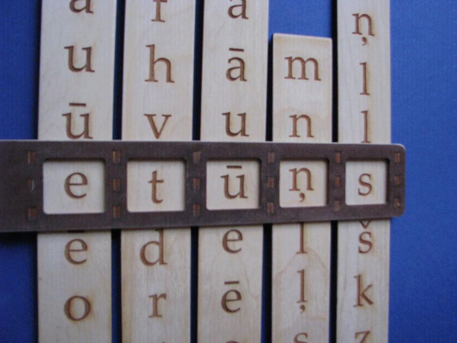 """Lasīt """"nevārdus'', t.i. burtu salikumus, kas neveido vārdus, bet ir labs vingrinājums skaņu izrunāšanai un lasītprasmes veicināšanai."""
