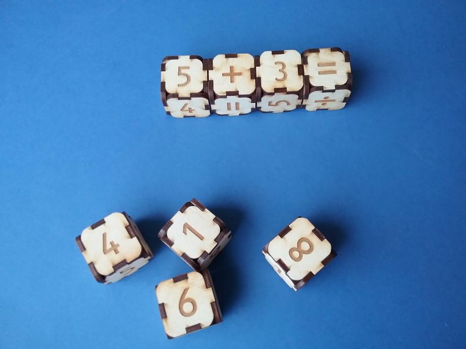 Ripināt divus ciparu klučus, salīdzināt, saskaitīt vai atņemt abus redzamos skaitļus. Šim nolūkam var izmantot arī aritmētisko darbību klučus, arī tos izripinot.