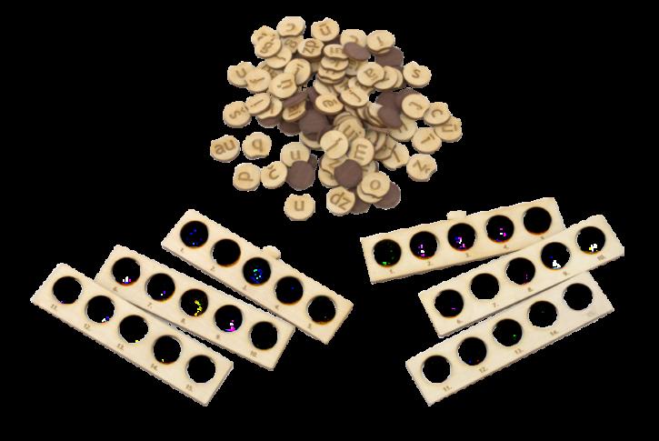 """Burtiņu komplekts, lietojams valodas spēlei """"zvans"""" ar nolūku apgūt citu burtu formātu vai palielināt spēlē esošo burtu skaitu. Komplektā ietilpst 200 burti, kā arī trafareti burtu ievietošanai, pieejami 2 izmēru burtu kauliņi, kā arī dažādi burtu formāti: lielie vai mazie drukātie burti, kā arī mazie vai lielie rakstītie burti."""