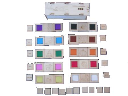 """Krāsu komplekts ir 11 krāsu toņu iepazīšanas materiāls, veidots, izmantojots puzles veida savienojumus starp diviem kauliņiem. Vienkāršākais uzdevums – atrast divus vienādas krāsas kauliņus un tos savienot. Ja savienojuma vieta sakrīt, uzdevums ir atrisināts pareizi. Nākošā uzdevumu grupa ir: atrast kādu priekšmetu, dzīvu radību vai augu, kas dabā ir attiecīgajā krāsā un savienot ar šīs krāsas paraugu. Ieliekot vienā no krāsu kauliņiem vārdu, piemēram """"sarkans"""", ir iepsējams apgūt krāsu nosaukumus. Pastāv arī cita uzdevumu grupa, nesaistīta ar krāsu, bet gan ar formu – apgriezt kauliņus otrādi, tas ir, ar tumšo pusi uz augšu un pēc neregulārās savienojuma līnijas atrast pāri."""