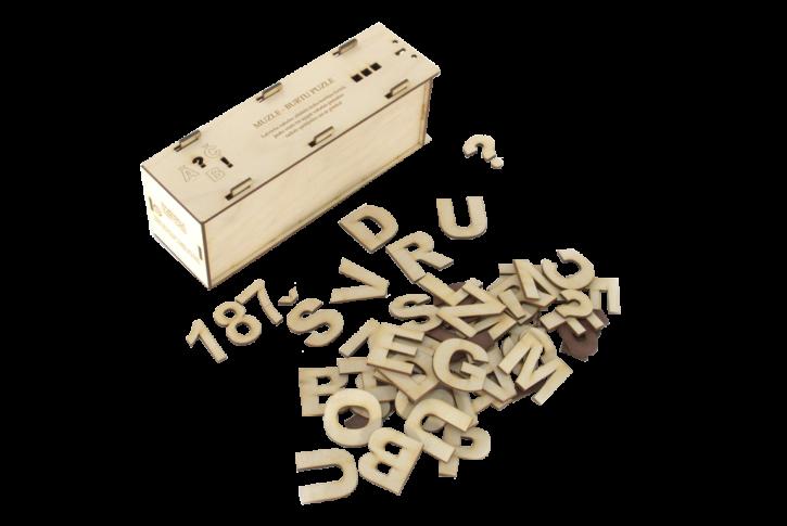 """Lielo drukāto burtu komplekts ir piemērots materiāls burtu iepazīšanas un apgūšanas sākumposmā. Komplektā ietilpst 75 burti (biežāk lietotie burti skaitliski ir vairāk), gramatikas, mīkstinājuma un pieturzīmes. Komplektā ietilpst arī cipari 0-10, kā arī četri burti """"X"""", """"Y"""", """"W"""", """"Z"""" angļu valodas burtu apguvei."""