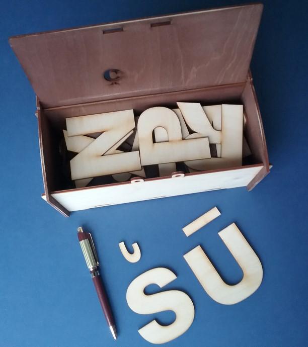 Lielo drukāto burtu komplekts ir piemērots materiāls  burtu iepazīšanai un apgūšanai sākumposmā.