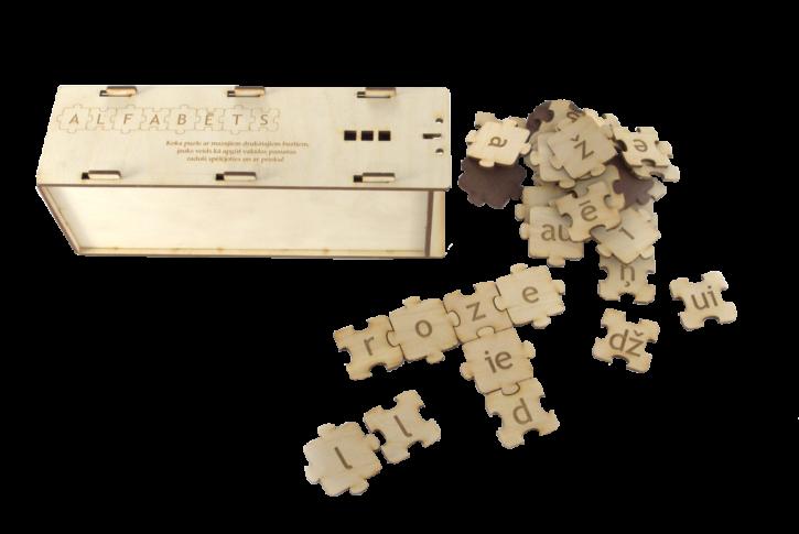 Puzle alfabēts ir jauka spēle, paredzēta radošām nodarbībām burtu, zilbju un vārdu apguves procesā. Materiāls sastāv no divējādiem puzles veida gabaliņiem, uz katra no tiem atrodas burts, kopskaitā ir 84 gabali (ieskaitot divskaņus, kā arī –dz, -dž. Katrs burts ir gan uz viena, gan otra veida puzles gabala. Izvēloties atbilstošus burtus un savienojot puzles gabaliņus, var veidot gan īsākus, gan garākus vārdus, teikumus. To var darīt gan horizontālā, gan vertikālā virzienā pēc krustvārdu mīklu veidošanas principa. Darbošanās ar puzles gabaliņiem un to kopā savienošana veicina sīkās pirkstu motorikas attīstību.  Materiāls pieejams gan ar lielajiem drukātajiem (LD), gan mazajiem drukātajiem (MD) burtiem.