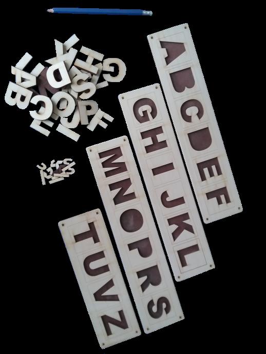 """Valodas materiāls latviešu valodas alfabēta burtu apgūšanas sākumposmam.  Sastāv no vairākām pamatnēm ar telpiski iedziļinātiem un divu krāsu  kontrastā izceltiem burtiem, kā arī pašiem burtiņiem. Iespējami  sekojoši uzdevumi: ievietot burtiņus katru savā """"mājiņā"""", nosaukt  tos; burtiņus izmantot kā trafaretu zīmēšanai vai aptaustot ar rociņām  un neskatoties uz tiem, mēģināt tos atpazīt un nosaukt;  atrast atbilstošos burtiņus un pielikt tiem garumzīmes,  mīkstinājuma zīmes vai zīmes šņāceņiem."""
