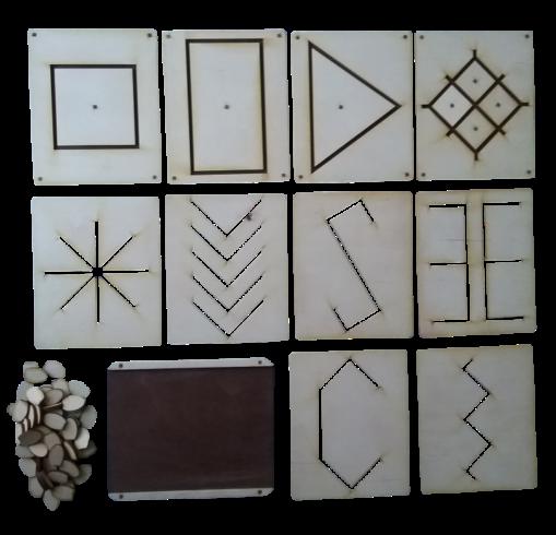 Kartiņas paredzētas sīkās pirkstu muskulatūras attīstīšanai, pacietības,  uzmanības, precizitātes veicināšanai. Spēle sastāv no 9 pamatnēm ar  izgrieztām dažādām ģeometriskām formām un spēles kauliņiem.  Pamatuzdevums ir ar spēles kauliņiem izlikt (nokopēt) izvēlētās  kartiņas ģeometrisko rakstu. Iespējams lietot arī citas sīkas lietas  (krāsainas podziņas, pupiņas, u.t.t.) rakstu veidošanai. Spēles  kartiņas iespējams izmantot arī kā trafaretus zīmēšanas darbiņiem.