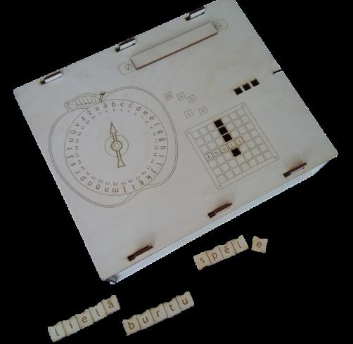 Daudzveidīgi lietojams materiāls valodas apguvei,  sastāv no 5 darba pamatnēm burtu ievietošanai un vārdu veidošanai,  300 burtiņiem, spēles ripas ābola formā ar apļa veidā uzrakstītiem  visiem alfabēta burtiem un katra atbilstošo kārtas skaitli, kā arī vairākām  maināmām bultiņām un metamā spēles kauliņa.