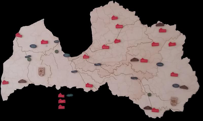 Stiprināma ar magnētiem pie tāfeles. Mācību līdzeklis Latvijas ģeogrāfijas pamatu apgūšanai. Sastāv no Latvijas novadu kartes (saliekama no četriem atsevišķiem novadiem), kā arī ģeogrāfisko objektu ( pilsētas, upes, ezeri, pauguri, īpašas vietas) piestiprināmajiem kauliņiem. Iespējas izmantot kopā ar Latvijas Ģeogrāfisko objektu nosaukumu plāksnītēm (ir pieejamas atsevišķā komplektā).