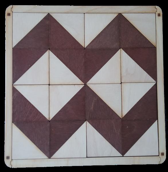 """Mozaīkas spēle """"Divkrāsainie trīsstūri"""" sastāv no darba pamatnes un  taisnleņķa vienādmalu divkrāsainu trīsstūru komplekta.  Spēle paredzēta dažādu ģeometrisku figūru un attēlu veidošanai.  Veicina iztēli, radošumu un loģisko domāšanu."""
