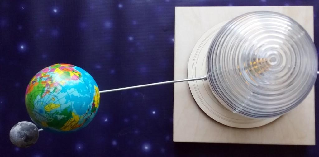 Saules, Zemes lodes un Mēness savstarpējo rotācijas kustību makets.