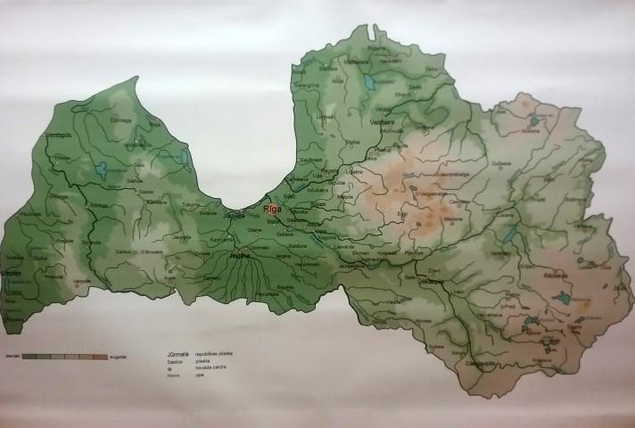 Latvijas ģeogrāfijas karte ar Latvijas ģeogrāfisko objektu (pilsētu, upju, ezeru un pauguru kā arī īpašu dabas objektu nosaukumiem). Karti iespējams lietot komplektā ar interaktīvo Latvijas karti.