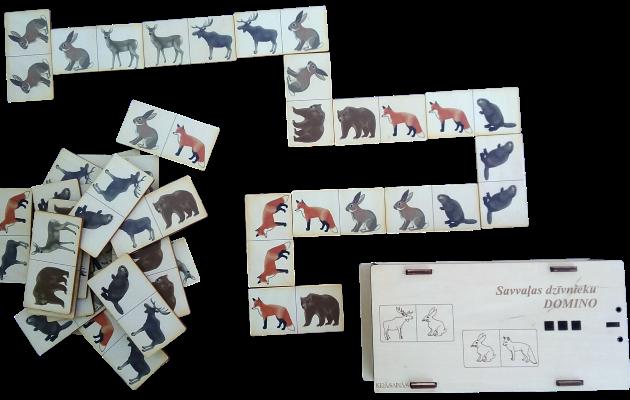 Jauka domino spēle, kurā izmantoti dabiskā izskatā zīmēti savvaļas dzīvnieki. Spēli var izmantot dažādi, piemēram,spēlēt klasisku domino spēli ar vairākiem spēlētājiem. 2. Meklējot vienādos dzīvniekus un saliekot tos blakus vienu otram. 3. Sarindojot dzīvnieku attēlus pēc dažādiem parametriem, piemēram, augošā vai dilstošā secībā. 4. Mācīties dzīvnieku pareizus nosaukumus, izmantojot to attēlus uz spēles kauliņiem. 5. Salikt visus vai mazāku skaitu kauliņus vienu otram blakus, veidojot lielāku vai mazāku to laukumu un nodarboties ar aritmētiku - saskaitot cik un kādi dzīvnieki ir salikti laukumā, kuri ir vairāk vai mazāk utt.